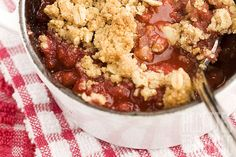 Crumble aux fraises et aux framboises Acai Bowl, Cauliflower, Delicious Desserts, Biscuits, Muffins, Oatmeal, Deserts, Strawberry, Treats