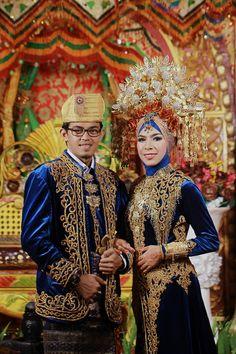 Indonesian Wedding, Minangkabau, Padang, Wedding Costumes, Kebaya, Wedding Couples, Traditional Outfits, Tartan Plaid, Wonder Woman