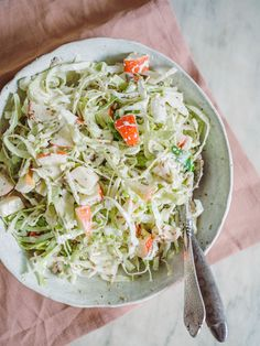 Denne spidskålssalat med æbler smager virkelig dejligt. Salat med spidskål passer til det meste, og så er denne opskrift utrolig nem at lave. Waldorf Salat, Dessert Cups, Food Inspiration, Cabbage, Salads, Healthy Recipes, Healthy Foods, Vegetables, Hot