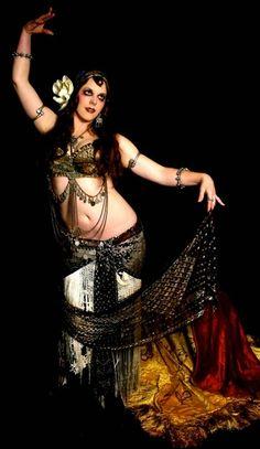 Mardi Love es una bailarina, coreógrafa y maestra estadounidense de Danza Tribal. Nació en la Bahia de San Francisco (EEUU).