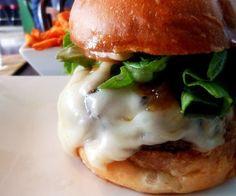 Burger au confit d'oignon et roquefort via @marciatack Burger Co, Mets, Street Food, Sliders, Hamburger, Sandwiches, Good Food, Dinner, Ethnic Recipes