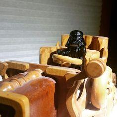 Ein Auto aus Holz