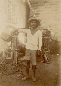 A Tagalog wood-vendor. Vintage Pictures, Old Pictures, Old Photos, Philippines Fashion, Philippines Culture, Filipino Art, Filipino Culture, Filipino Fashion, Philippine Art