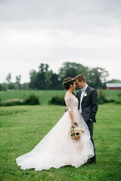A farm wedding venue that will take your breath away. The outdoor venue at Heritage Prairie Farm is pure Illinois beauty. Photography by Chrystl Roberge.