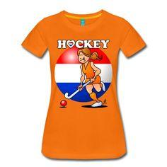 Hockey T-Shirt: Een hockey dame in oranje tenue. Hockeystick in de hand en het Nederlandse rood, wit en blauw in de achtergrond. #Hockey #Oranje #dames #Nederland #Nederlandselftal #Holland #Olympischespelen