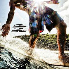 Surf com os óculos de sol Mormaii