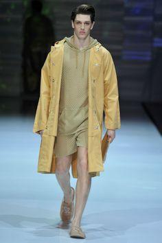 Le jeune créateur suisse Julian Zigerli propose un vestiaire Automne/Hiver 2014 plein de dynamisme aux couleurs acidulées. #julianzigerli #milan #runway #menswear #fashionweek #trends #winter2014
