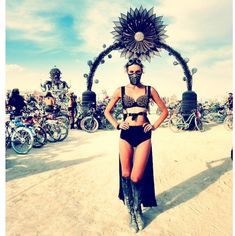 black rose on the playa Burning Man Fashion Festival Looks, Festival Gear, Festival Costumes, Rave Festival, Festival Outfits, Festival Fashion, Festival Hats, Burning Man Mode, Burning Man 2017