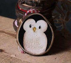 Pingouin peint sur un rondin de bois. 17 Décorations de Noel DIY avec des rondins de bois