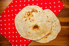 Připravte si vynikající domácí tortillu ze sádla a mouky. Tortillu si můžete naplnit masovou směsí, zeleninou, sýrem či jinou vámi obl
