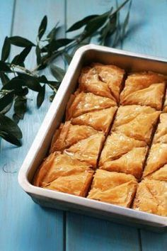 Easy Baklava Recipe with Honey and Pistachios - This Classic Greek Baklava Recipe features layers of flaky dough filled with ground nuts and honey! Is a prefect recipe for family functions, parties, or for gifting! Honey Recipes, Greek Recipes, Greek Baklava, Mochi, Shortbread, Ma Baker, Greek Desserts, Greek Sweets, Arabic Sweets