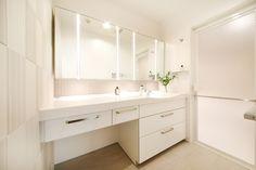 洗面所の空間を広げ、調光・調色の切り替えができる洗面化粧台(L= 1700)を設置  洗面化粧台(Panasonic ラシス) エコカラット(LIXIL) Woodworking Crafts, Double Vanity, Bathroom, Home, Furniture, Wooden Crafts, Washroom, Full Bath, Ad Home
