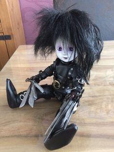 """Ich verkaufe eine wunderschöne living dead dolls """"Edward"""", natürlich mit Original Karton. Er ist in einwandfreiem Zustand, stand nur in der Vitrine! Sehr selten:-)Er kann gerne besichtigt werden, Abholung erbeten!"""