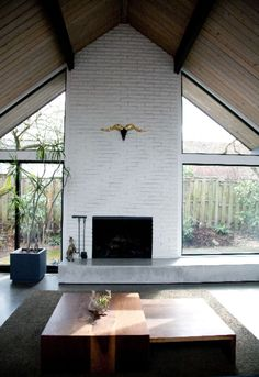 Latest Pics Fireplace Hearth bench Ideas Sparse, but artsy modern- via Apartment Therapy White Fireplace, Fireplace Hearth, Fireplace Design, Fireplaces, Fireplace Windows, Farmhouse Fireplace, Gable Roof Design, Architecture Design, Great Rooms