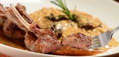 Costeleta de cordeiro grelhada, acompanhada de risoto de funghi porcini do restaurante Era uma vez um Chalezinho (Foto: Divulgação)