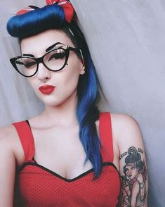 Retro Fashion Bumper Bangs in Blue Rockabilly Moda, Moda Pinup, Rockabilly Looks, Rockabilly Fashion, Retro Fashion, Rockabilly Girls, Pin Up Fashion, High Fashion, Looks Vintage