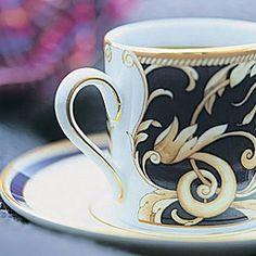"""Juego de Café en porcelana fina decorada en oro líquido de 22 kilates, apta para lavavajillas. El """"Cuerno de la Abundancia"""" inspira la colección Cornucopia decorada con motivos mitológicos. La herencia que la firma Wedgwood aporta al lujo puede disfrutarse en los diferentes museos esparcidos por el Mundo con piezas originales de esta legendaria marca inglesa fundada en 1759."""