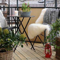 décoration balcon style nordique, lanterne rouge, sol en bois et meubles pliantes