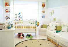 O verde-claro está presente na pintura em meia parede e em detalhes da decoração. O aproveitamento de espaços levou ao emprego de nichos nas laterais da janela, que acomodam acessórios e brinquedo