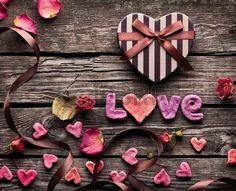 Parole d amour avec le coeur en forme de bo te cadeau Saint Valentin sur de vieilles plaques en bois Banque d'images