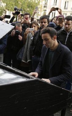 Quelques grammes de finesse - Un anonyme joue du piano devant le Bataclan