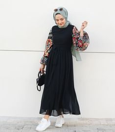 Fitness Outfits Women HijabThe scarf is the central element while in the clothing of women having hijab. Hijab Fashion Summer, Modest Fashion Hijab, Modern Hijab Fashion, Hijab Fashion Inspiration, Muslim Fashion, Fashion Dresses, Fashion Ideas, Fashion Muslimah, 80s Fashion