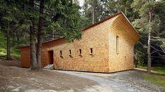 Arche im Bergwald – das in Schindeln gehüllte Haus des Bündner Architekten Gion A. Caminada im Bergwald von Plong Vaschnaus bei Domat/Ems.