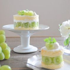 Dress Up Your Cake With Fruit. Fruit cakes have been growing in popularity a lot and one of the great things about them is they are a lot healthier than your big chocolate cakes with cream. Small Desserts, Cute Desserts, Dessert Recipes, Big Chocolate, Chocolate Desserts, Beautiful Cakes, Amazing Cakes, Cake Decorating Techniques, Dessert Buffet