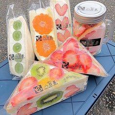 Japanese Snacks, Japanese Food, Fruit Sandwich, Snacks Saludables, Cute Desserts, Delicious Desserts, Love Eat, Cafe Food, Aesthetic Food
