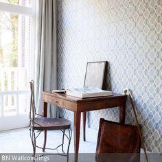 Das Zimmer mit Marmorboden und gemusterter Tapete ist schlicht, aber klassisch eingerichtet. Durch den Schreibtisch und Holzstuhl im Vintage-Stil erhält das…