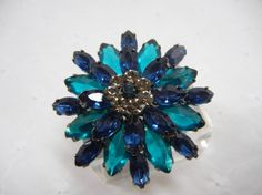 2 tone Blue Flower Pin / Vintage brooch with blue rhinestones / Daisy / Spring / Mother op Etsy, 13,21 €