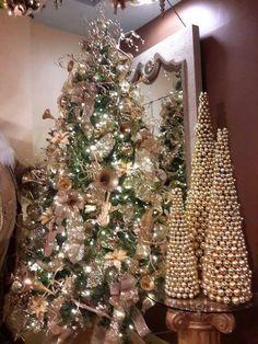 arbol de navidad decorado en tonos dorados