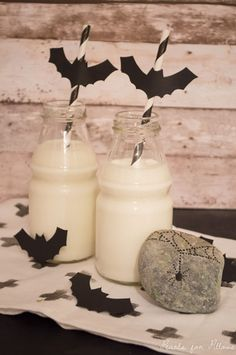 Halloween decoration - bat straw and spider rock  http://pearlsforpillows.wordpress.com/2014/10/30/last-minute-halloween-deko-2/  #diy #halloween #decoration #deko #bat #fledermaus #rock #rockpainting #spider #spinne #strohhalm #stein #crafts
