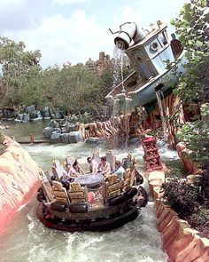 Popeye Bluto's Bilge-Rat Barges, Islands of Adventure. Cartoonish trip with surprisingly steep and boisterous rapids. Oh yeah, you will get wet. Universal Parks, Universal Studios, Vacation Destinations, Dream Vacations, Island Of Adventure Orlando, Attractions In Orlando, Florida Water, Florida Holiday, Travel