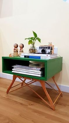 Turn Coat Hangers Into A Coffee Table – DIY projects for everyone! Repurposed Furniture, Cool Furniture, Painted Furniture, Rustic Furniture, Modern Furniture, Vintage Furniture, Furniture Design, Porch Furniture, Business Furniture