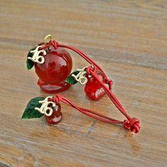 Τρία γυάλινα ροδάκια, μεγάλο, μεσαίο και μικρό, με πράσινο γυάλινο φύλλο και δερμάτινο μπορντώ κορδόνι. Ιδανικό για δώρο σε καλέσμενους για το γιορτινό τραπέζι και για επιχειρήσεις. Drop Earrings, Christmas Ornaments, Holiday Decor, Jewelry, Home Decor, Jewlery, Decoration Home, Jewerly, Room Decor