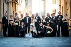 How to pose a large wedding party - www.lizzimbelman.com