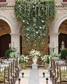 Bom dia meus amores! Pra começar a semana uma cerimônia linda com muitas folhagens e algumas flores brancas. Não tem como errar com branco e verde né?