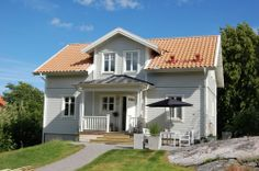 grå: 1502 y, vit 0502-y Norwegian House, Swedish House, Scandinavian Home, Nordic Home, Home Focus, Red Roof, This Old House, Beach Condo, White Houses