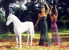 Le cheval et les danseuses en grillage à poule de Jocelyn Roy.