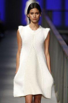 white knitwear dress by Sita Murt Runnaway 'PUR' Collection in 080 Barcelona Fashion Week. Barcelona Fashion, 080 Barcelona, Knitwear Fashion, Knit Fashion, Wool Dress, Knit Dress, Sweater Dresses, Handgestrickte Pullover, Crochet Dresses