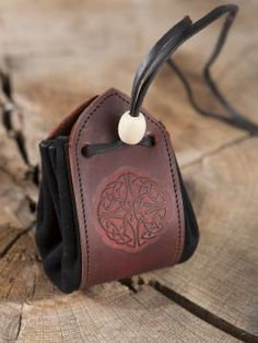 Leather Armor, Leather Pouch, Crea Cuir, Blacksmithing Knives, Leather Projects, Leather Working, Leather Craft, Saddle Bags, Creations