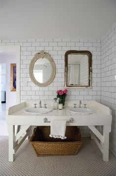 Oseriez-vous décorer avec des miroirs dépareillés, comme dans cette charmante salle de bain? #DécoPassion #Inspiration