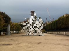L'architecte japonais Sou Fujimoto connu pour ses créations aux formes simples et géométriques a réalisé sa première oeuvre expérimentale à Paris, dans le jardin des Tuileries. Son oeuvre monumentale est composée d'une multitude de cubes d'aluminium de diverses tailles qui se supportent les uns les autres et dans lesquels des arbres sont plantés. [Via]