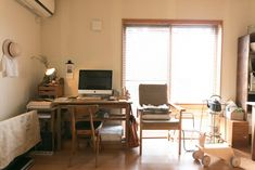 アンティークの子供服や椅子、小さな棚など、PCまわりも温かくコーディネート。