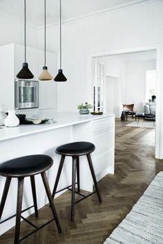 Küche-minimalistisch-Kontraste-schwarz-weiß-moderne-hängende-Leuchten-Bar-Hocker