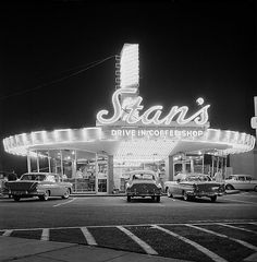 Stan's Drive-In, Hollywood, California, 26 March We had a diner shaped like this called The Flying Saucer in Ohio. Drive In, Hollywood California, In Hollywood, Vintage California, Southern California, Hollywood Images, California History, Vintage Hollywood, Atelier Automobile