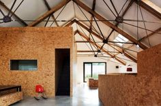 Residential Building: Charming low-budget conversion of a barn in the English provinces - Architecture and Interior Design Trends Barn House Conversion, Osb Board, Particle Board, Oriented Strand Board, Residential Building Design, Architecture Renovation, Architecture Design, Barn Pictures, Barn Living