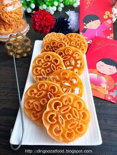 Miki's Food Archives : Bee Hives Cookies aka Kuih Loyang 蜂巢饼 Chinese New Year Cookies, New Years Cookies, Almond Cookies, Yummy Cookies, Rosette Cookies, Pandan Cake, Turtle Cheesecake, Bee Hives, Malaysian Food