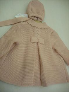 Comprar Abrigo punto con capota rosa asalmonado. (OTOÑO-INVIERNO) online en… Baby Knitting Patterns, Baby Clothes Patterns, Knitting For Kids, Crochet For Kids, Crochet Baby, Girls Sweaters, Baby Sweaters, Baby Barn, Baby Coat